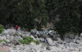 Otomobil, 100 metrelik yamaçtan yuvarlandı: 2 ölü,...