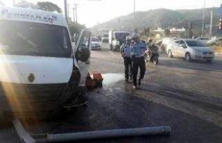Servis minibüsü otomobille çarpıştı: 12 kadın...