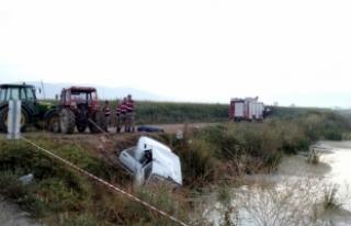 Sulama kanalına devrilen otomobilin sürücüsü...