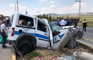 Uşak'ta polis aracı beton direğe çarptı:...