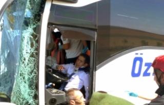 Yolcu otobüsü iş makinesine çarptı: 15 yaralı