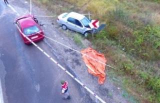 İki otomobil kafa kafaya çarpıştı: 1 ölü, 6...