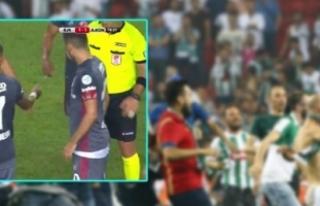 Süper Kupa finalinde sahaya bıçak (kelebek) attığı...