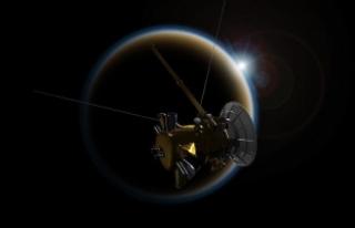 """Cassini'den Titan'a """"elveda öpücüğü"""""""