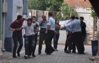 Gözaltına alınan şüphelinin yakınları polise...