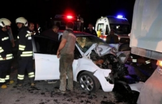 Otomobil hafriyat kamyonuna çarptı: 1 ölü, 1 yaralı