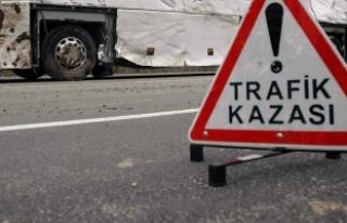 Erzincan'da öğrenci servisi ile otomobil çarpıştı:...
