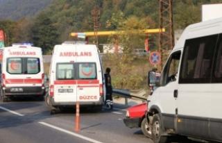 Düzce'de yolcu minibüsü otomobille çarpıştı:...