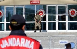 İstanbul'daki darbe davalarında sanıklara...