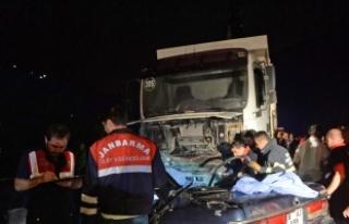 Giresun'da otomobil kamyonla çarpıştı: 3...