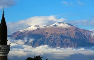 Munzur Dağı'na mevsimin ilk karı yağdı