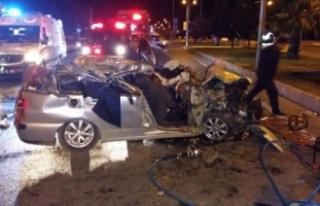 Otomobil, park halindeki TIR'a çarptı: 2 ölü,...
