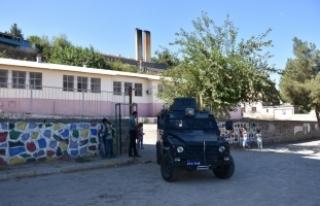 PKK'lı teröristler okula el yapımı patlayıcı...