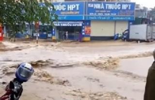 Vietnam'da sel ve toprak kayması: 37 ölü, 40...