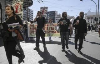 Yunanistan'da sağlık çalışanları 24 saatlik...