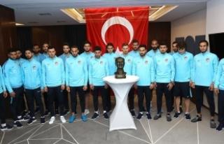 A Milli Futbol Takımı Atatürk'ü andı
