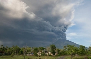Agung Yanardağı yeniden kül püskürtmeye başladı