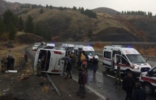 Elazığ'da yolcu otobüsü devrildi: 2 ölü,...