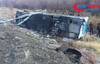 Erzincan'da yolcu otobüsü şarampole devrildi:...