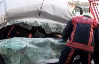 Feci kaza! Sürücü araçta sıkıştı