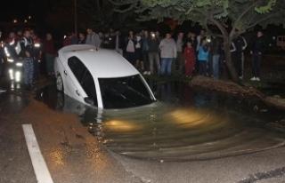 Patlayan su borusunun oluşturduğu çukura otomobil...