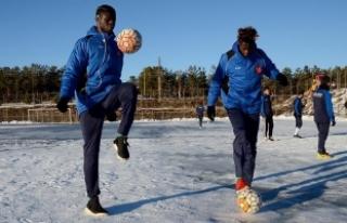 Afrikalı futbolcular Sarıkamış'ın soğuğuna...