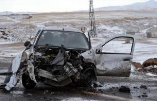 Ahlat'ta minibüs ile otomobil çarpıştı: 1 ölü,...