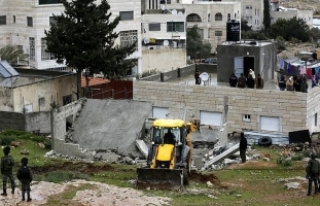 İsrail askerleri Filistinli tutuklunun ailesine ait...