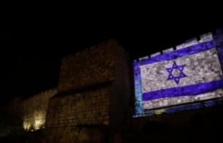 İsrail, Kudüs surlarına ABD ve İsrail bayraklarını...