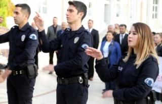 Polisler İstiklal Marşı'nı işaret diliyle...