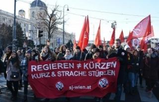 Viyana'da aşırı sağcı yeni hükümet karşıtı...