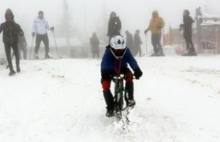 Bisikletlerine taktıkları aparatla kayak yapıyorlar