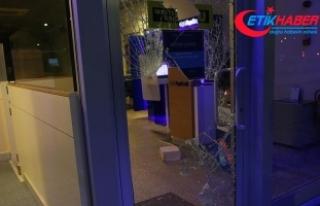 Camı taşla kırıp içeri girdi 'Banka benim'...