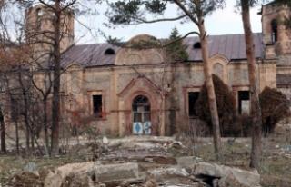 Çatısında çam ağacı yetişen kilise, bu yıl...