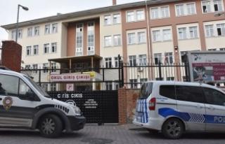 Lise önünde kavga: 1 öğrenci bıçaklandı