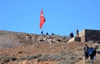 Suriye sınırına dev Türk bayrağı çekildi