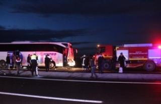 Konya'da yolcu otobüsü kamyona çarptı: 10...