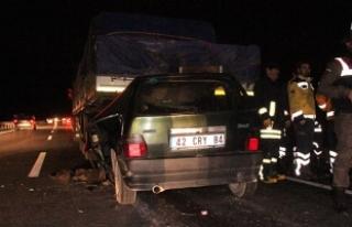 Otomobil, TIR'ın altına girdi: 2 kardeşten...