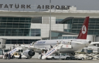 Tel örgülerden girerek havalimanı apronunda dolaşan...