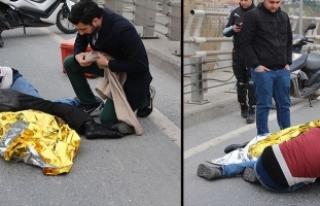Yerde yatan kardeşine sarılarak yardım bekledi