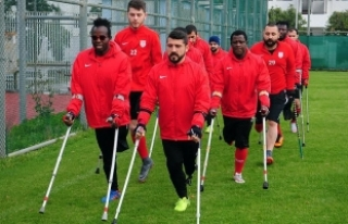 Ampute Milli Takımı'nın oyuncusu Türkmen:...