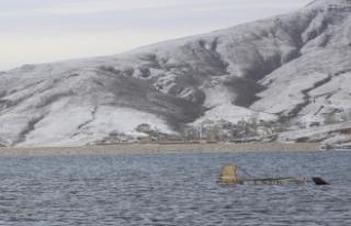 Barajın su seviyesi düştü, mezarlar ortaya çıktı