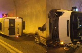 Çevik kuvvet minibüsü tünelde devrildi: 5 yaralı