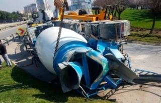 D-100'de beton mikseri devrildi: 1 kişi yaralandı,...