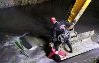 Nehre düşen otomobilin tavanına çıkarak yardım...