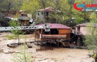 Sel nedeniyle mahsur kalan çift kurtarıldı