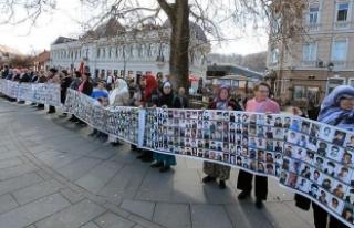 Srebrenitsalı annelerden Dodik'e verilen plakete...