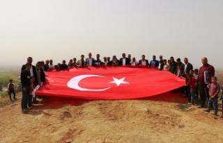 Suriye sınırına 6 metrelik Türk bayrağı çekildi