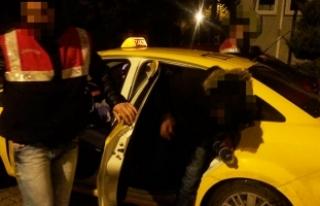 Taksilere kaçak göçmen operasyonu: 3 taksiden 22...