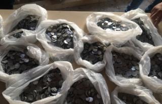 Taşı çektiler, binlerce madeni para döküldü